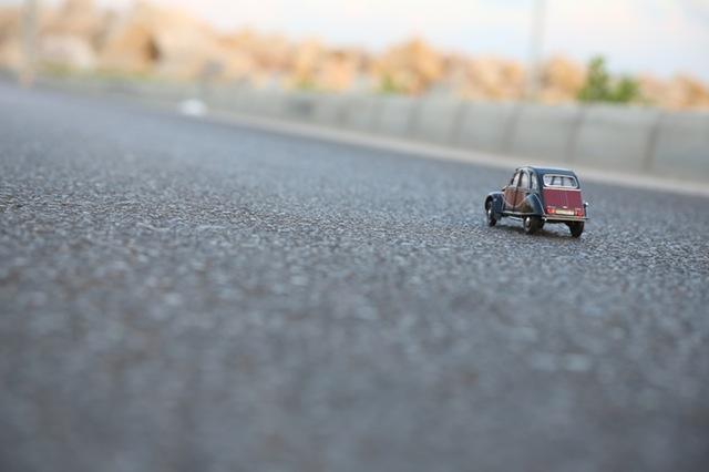 Seguro de auto representado por un auto en miniatura
