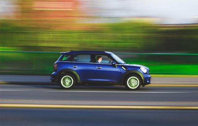 Elegir seguro de auto representado por auto veloz