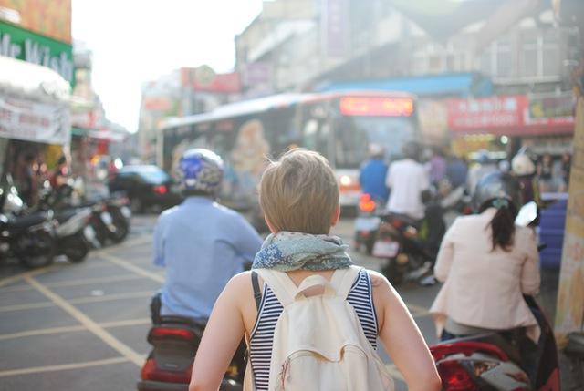 Seguros de viaje representado por una mochilera
