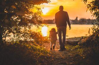 Padre e hijo disfrutando de puesta de sol porque se sienten seguros en esta vida